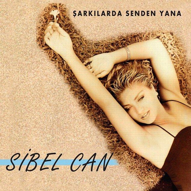 """Sene 1996. Sibel Can saçlarını kısacık kestirmiş, yeni albümünü çıkartmış, ortalık """"Deli Yüreğim At At Biraz"""" şarkısıyla inliyor."""