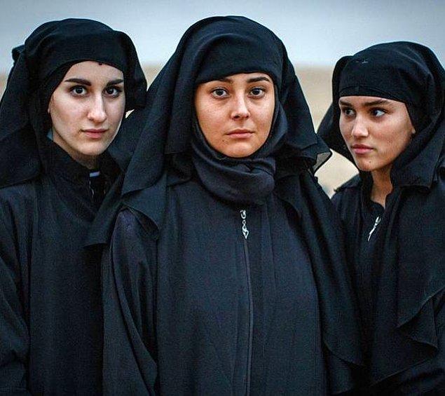 Netflix'te geçtiğimiz yıl İsveç yapımı Kalifat isimli 8 bölümlük bir dizi yayına girmişti. İzleyiciyle buluşur buluşmaz büyük beğeni toplayan dizi IŞID'e katılan 3 liseli kızın yaşadıklarını, Suriye'de mahvedilen hayatları konu almıştı.