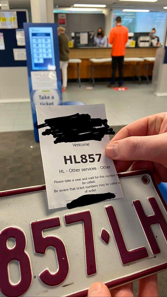 """18. """"Eski plakamı kişiselleştirilmiş bir plakayla değiştirmek için devlet departmanımdaydım. Makineden aldığım bilet ve motosikletimden çıkardığım eski plaka aynı. Kafam karıştı."""""""
