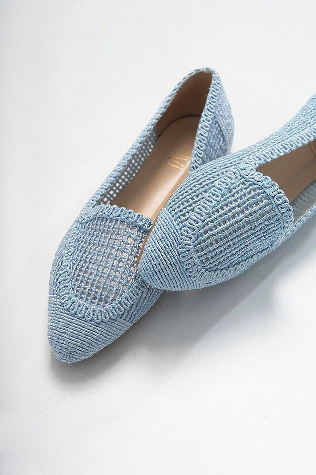 10. Stil sahibi kadınların sürekli rahatsız ayakkabılar giydiği algısını yıkacak bir model.