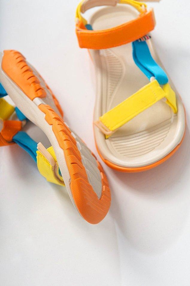 12. Birçok ünlünün ayağında görmeye başladığımız bir sandalet.