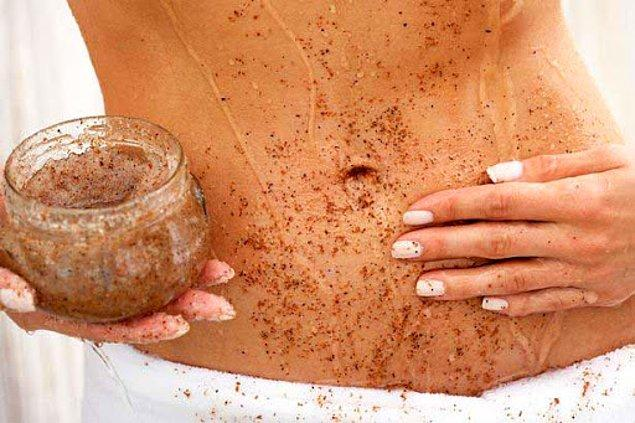 5. Ölü derilerden arınmanıza yardımcı olacak vücut peelingleri ile derinlemesine temizlenin.