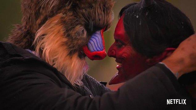 Kostümler de yarışmacıların öpüşmelerine engel olmamış!