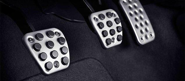 3. Kolay bir soru daha. Soldan sağa doğru bu pedalların diziliş sırası hangi şıkta doğru verilmiştir?