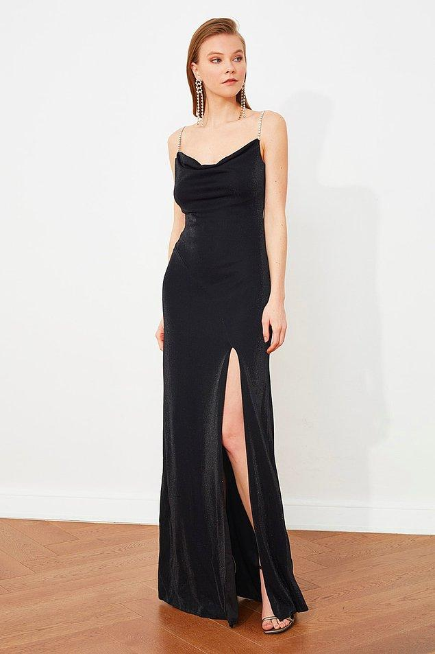 14. Hem sade olayım hem de çekici diyorsan sana önerim bu taş askılı ve yırtmaçlı düz siyah elbise.
