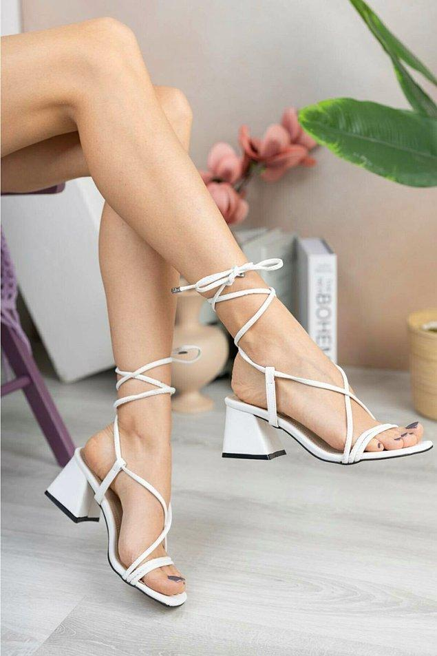 6. Beyaz, topuklu sandaletlerin ayrı bir havası var!