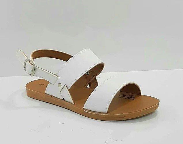16. Beyaz, kalın bantlı sandalet;