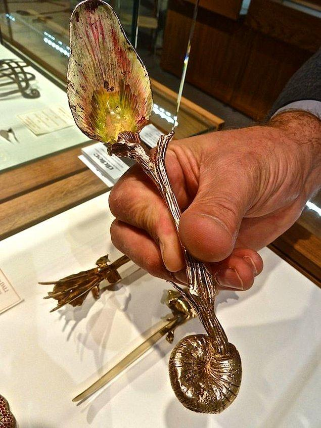 Set altı parça, iki çatal, iki kaşık ve iki bıçaktan oluşuyor ve ayrıca ilave safir veya kaya kristalleri ile gümüş yaldızlandırılmıştır.