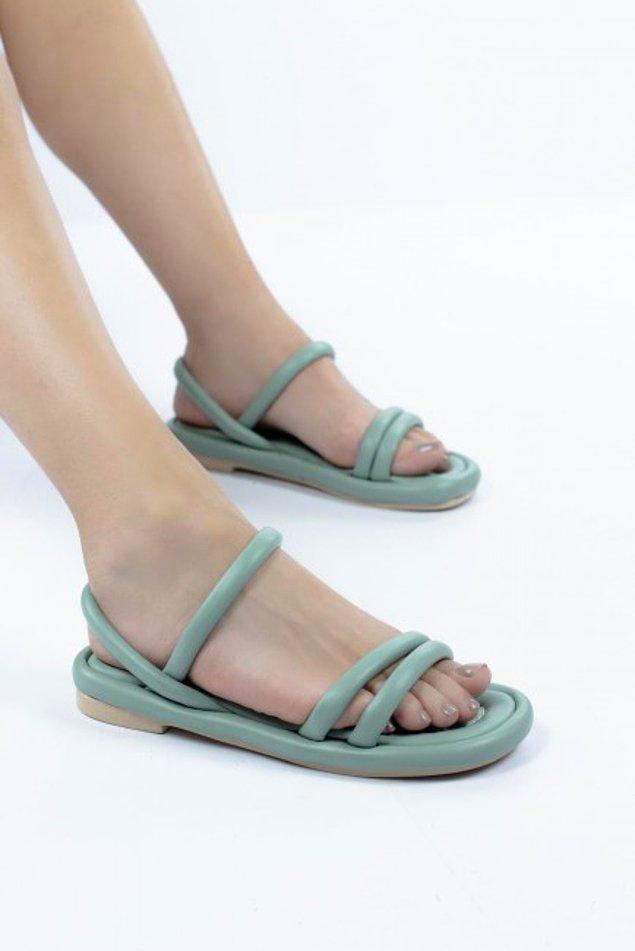 9. Minimal bir görünümden hoşlananlar buraya! Sade ama etkileyici bir stil için yumuşak bantlı sandaletlere şans vermeniz gerekiyor.