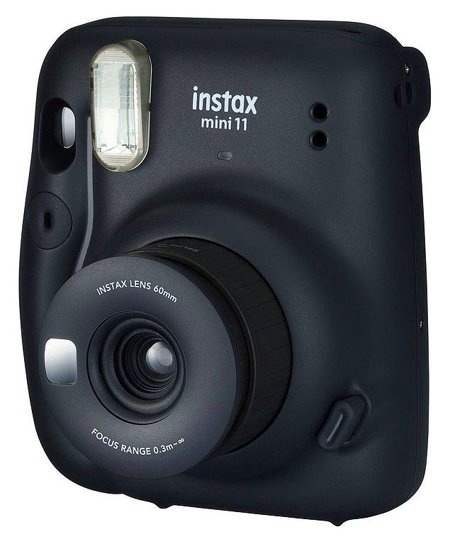 2. Ve yine bol bol çekilecekleri fotoğrafları ölümsüzleştirecekleri polaroid fotoğraf makinesi.