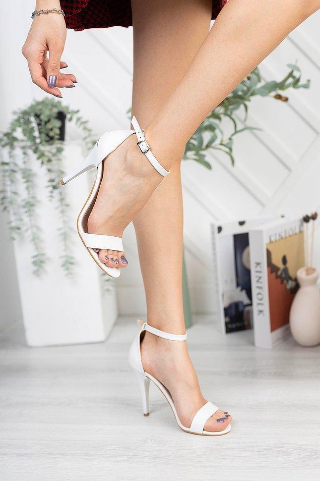 3. Bu zarif beyaz topuklu ayakkabı ile ortamlarda gelin gibi süzüleceksiniz...