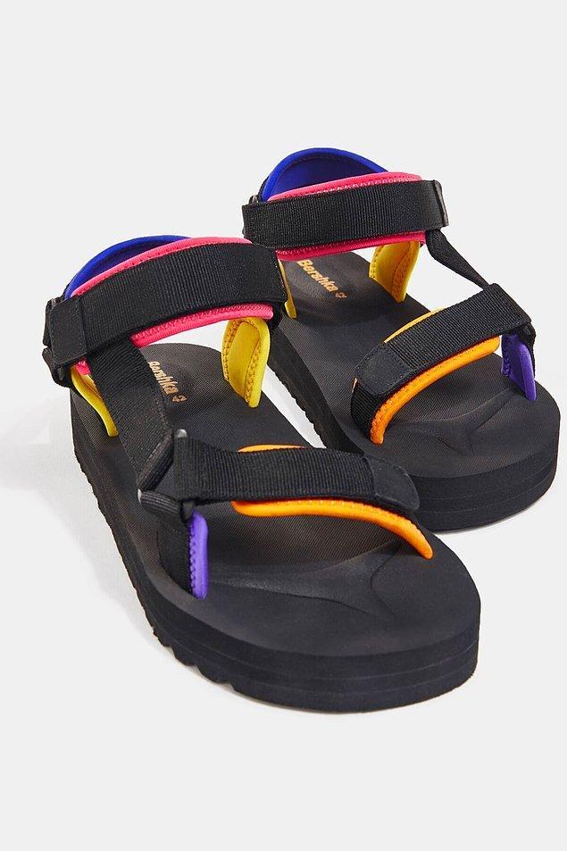 16. Bershka'nın bantlı erkek sandaleti siyah sevenler ama renkten de vazgeçemeyen beyler için.