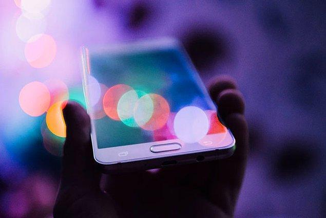 17. Akıllı telefonları rüyalarınızda göremezsiniz. Araştırmalar, akıllı telefonlar gibi modern cihazlar daha yeni olduğu için insan beyninin henüz bu aletlere alışmadığını gösteriyor.