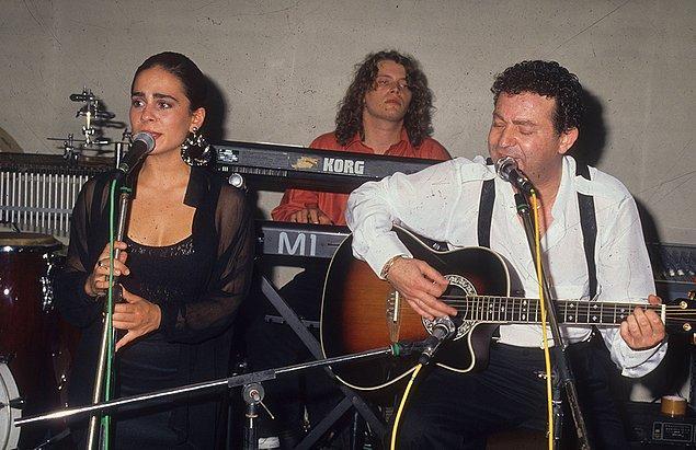 Demet Sağıroğlu'nu birçoğumuz Kayahan'ın güzel vokalisti olarak tanıdık. Yıllar sonra kendi ismiyle bilinen, başarılı bir şarkıcı olacağından henüz haberimiz yoktu üstelik.