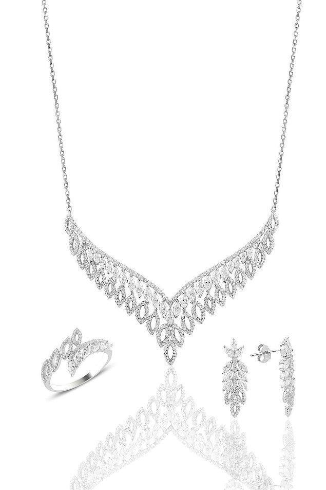 4. Altın görünümlü gümüş kolye, küpe ve yüzük setinin fiyatı indirimde 2.340 TL yerine sadece 468 TL! Bu pırlanta görünümlü set ile göz kamaştıracaksınız.
