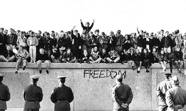 5. 2 Kasım 1989 tarihinde Berlin Duvarı'nın yıkılışını ve sınırların kaldırılmasını kutlayan Almanyalı gençler: