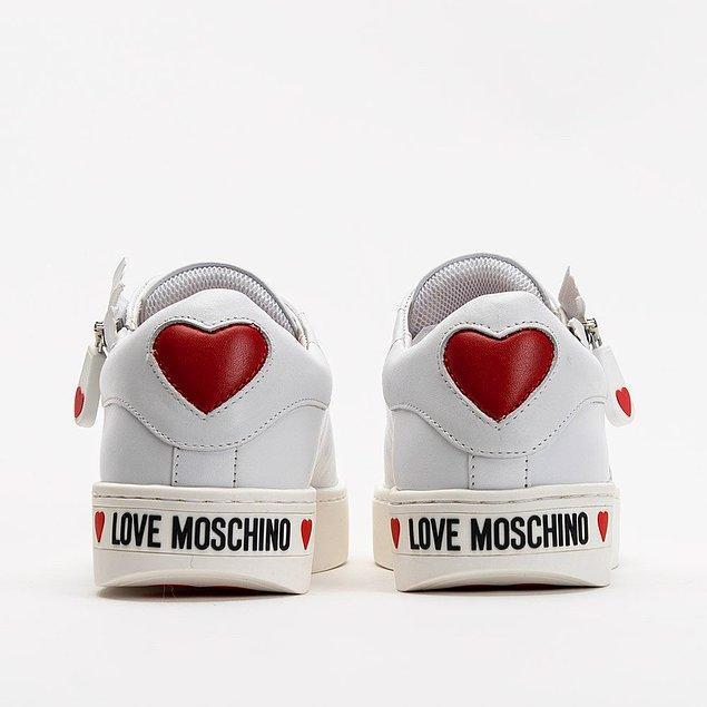 Moschino markasının en tarz sneaker modelleri arasında yer alan bu ayakkabıya bayılacaksınız! 😍
