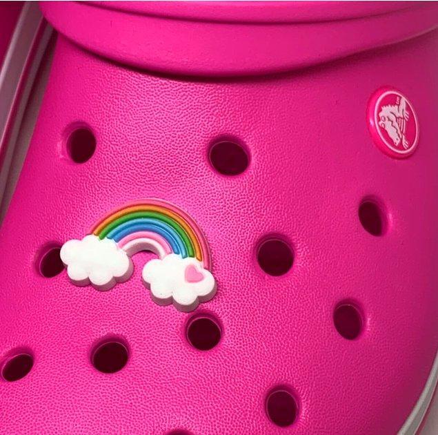 8. Crocs terliklerinizi kişileştirebilir, kendi zevkinize uygun süslerle farklı bir görünüm elde edebilirsiniz.