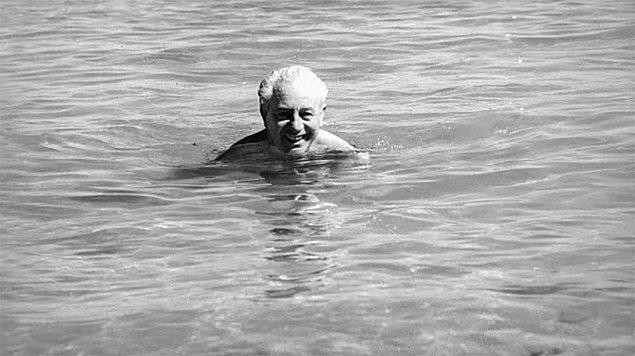 """3. """"Adamlar bir Başbakan kaybettiler! Cidden, adam okyanusta kayboldu. Peki koskoca Başbakanı nasıl onurlandırdılar? Bir yüzme havuzunun adını vererek!"""""""