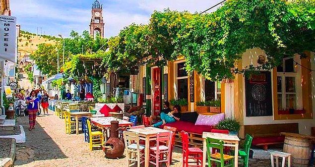 Bozcaada tarihi yapıları, minnoş sokakları ve serin suları ile Türkiye'nin en çok tercih edilen yazlık beldelerinden bir tanesi.
