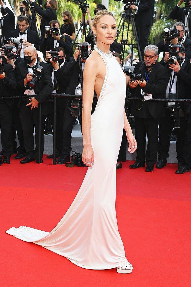 4. Candice Swanepoel, siluet formundaki krem rengi tuvaletiyle kuğu gibiydi.