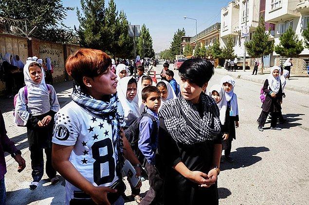 Afganistan'da erkek çocuk çok önemli. Kadınların bekarken koruyucuları babaları; evlenince de kocaları ve oğulları. Erkek çocuk doğurmayan kadınlar zayi olmuş görünüyor.
