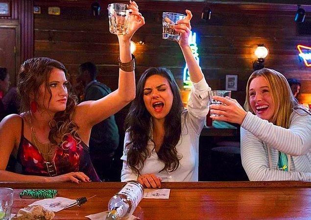 Alkol tüketiminden sonraki gün, önceki akşam yalnızca tek bir kadeh içmiş olsak bile inanılmaz bir baş ağrısı ve halsizlikle uyanıyoruz.