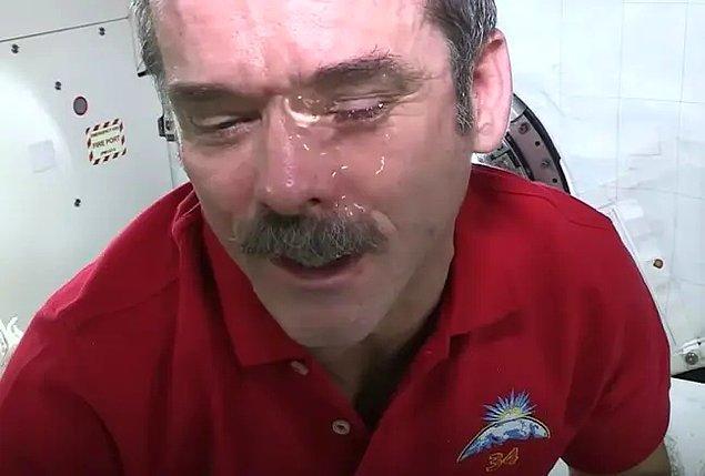 Gözlerini su ile ıslatan astronot, deneyi şu şekilde açıklamış: