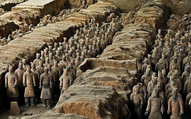 1. Çinli bir çiftçi 1974 yılında kazdığı alanda 2 bin yıldır yerin altında olan Toprak Askerler'i (Terracotta Ordusu) gün yüzüne çıkardı.