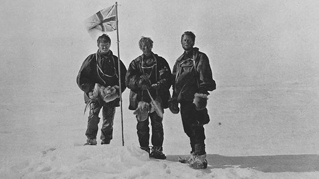 Avustralyalı jeolog ve kaşif Douglas Mawson ve ekip arkadaşları, tarihler Aralık 1911'i gösterdiğinde Antartika'yı keşfetmek üzere bir yolculuğa çıkar.