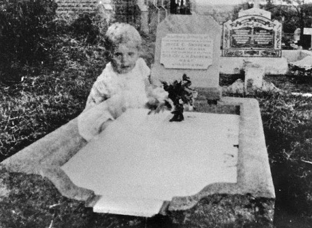 12. 1940'ların ortalarında Andrews adında bir kadın, 17 yaşında hayatını kaybeden kızının mezarını ziyaret etmek için mezarlığa girdi...