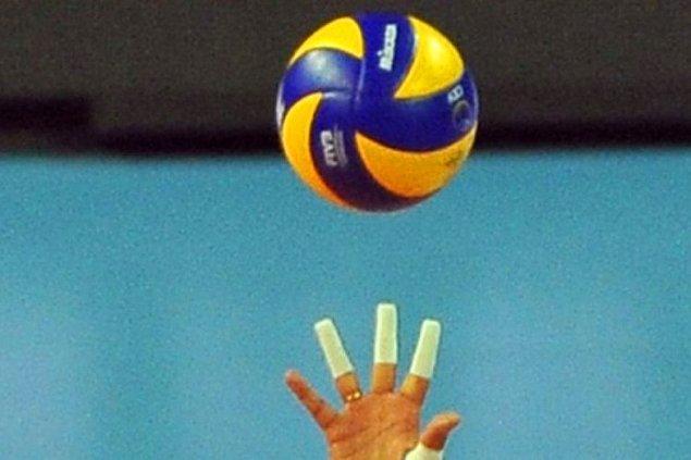 Oyuncularımızı göstermeyen ve sadece parmak uçları ve voleybol topu görseli koyan Milli Gazete'ye ise tepkiler gecikmedi: ⬇️