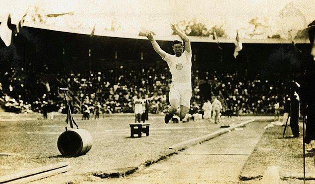 1912: Jim Thorpe'un altın madalyaları elinden alındı.
