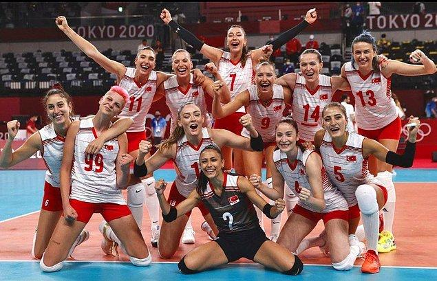 Şu sıralarda 2020 Tokyo Olimpiyatları'nda bizleri gururlandıran A Milli Voleybol Kadın Takımımızın oyuncularını tanıtacağız size sırayla.