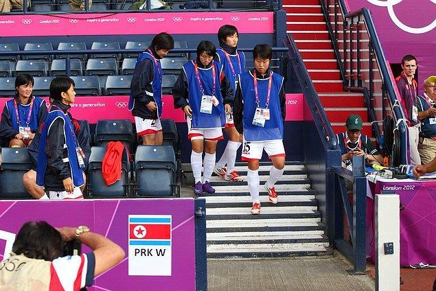 2012: Kuzey Kore futbol takımı 1 saat maça geç çıktı.