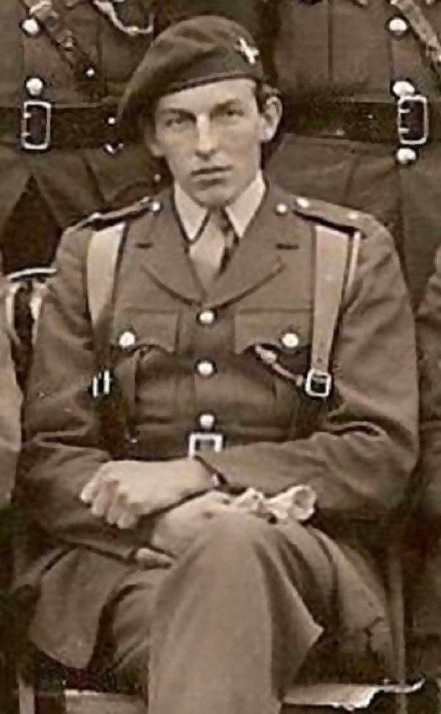 """15. İkinci Dünya Savaşı'nda Binbaşı Digby Tatham-Warter bir şemsiye ve melon şapka giyerken bir süngü hücumu yönetti. Daha sonra bir Alman zırhlı aracını şemsiyesiyle devre dışı bıraktı. Papazı düşman ateşinden kurtarırken """"Kurşunları dert etmeyin şemsiyem var."""" dedi."""