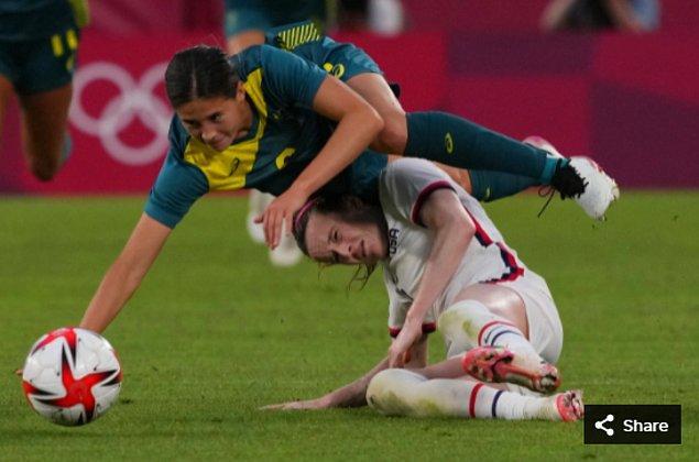 4. 27 Temmuz 2021'de Ibaraki Kashima Stadyumu'ndaki Tokyo 2020 Olimpiyat Oyunları sırasında Avustralyalı oyuncu Kyra Cooney-Cross ve ABD'li oyuncu Rose Lavelle yere düştü.