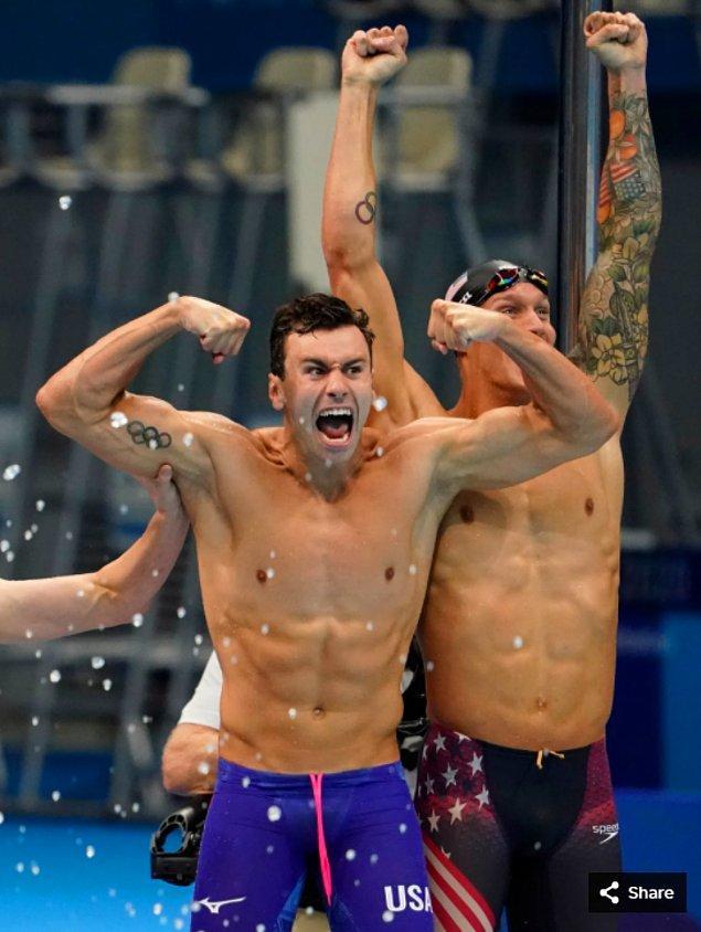 8. 26 Temmuz 2021'de Blake Pieroni (ABD) ve Caeleb Dressel (ABD), Tokyo Su Sporları Merkezi'nde düzenlenen Tokyo 2020 Olimpiyat Oyunları sırasında erkekler 4x100m serbest stil bayrak yarışı finalini kazandıktan sonra kutlama yapıyor.