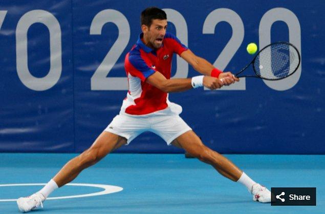 16. 26 Temmuz 2021'de Sırbistanlı Novak Djokovic, Ariake Tenis Parkı'ndaki Tokyo 2020 Olimpiyat Oyunları sırasında erkekler ikinci tur maçında.