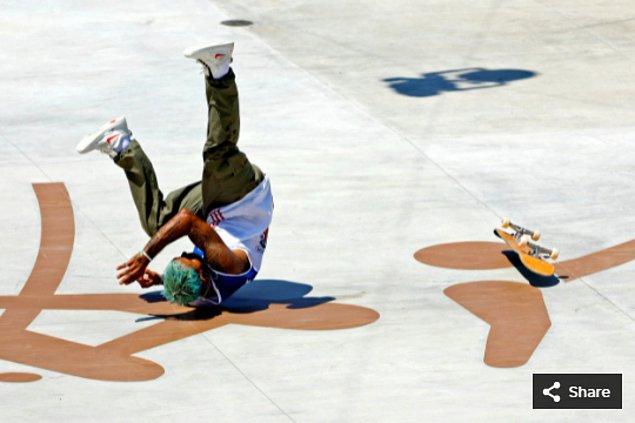 25. 25 Temmuz 2021'de Manny Santiago (PUR), Ariake Urban Sports Park'taki Tokyo 2020 Olimpiyat Oyunları sırasında erkekler sokak kaykayında yarışıyor.