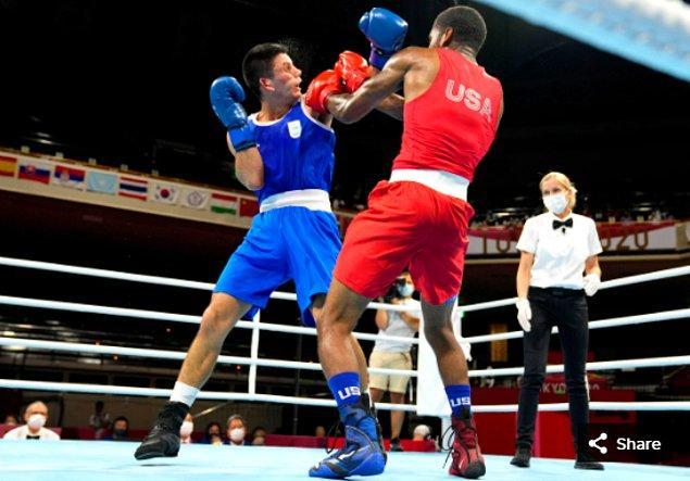 32. 24 Temmuz 2021'de Delante Johnson (USA), Kokugikan Arena'daki Tokyo 2020 Olimpiyat  Oyunları sırasında orta siklet ön maçında mavili Brian Agustin Arregui ARG ile karşı karşıya.