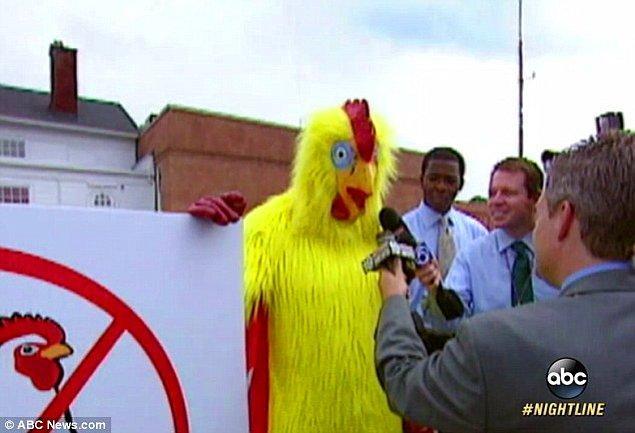 Birlikte olduğu fahişeye tavuk kostümü giydiren bu adam, tüm gün tavuk kostümü ile gezdi.