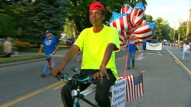 Bisiklet hırsızlığı yapan bu genç adam, yerel bir hayır kurumu adına bisiklet sürdü.