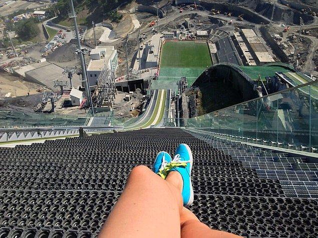 4. 2014 Kış Olimpiyatları'ndan kayakla atlama sporunun ne derece korkutucu olduğunu gözler önüne seren bir fotoğraf: