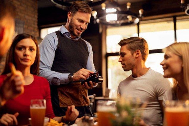 """15. Bir restorana gitmeden önce """"Seni davet ediyorum"""" veya """"Seni davet etmek istiyorum"""" cümlesini söylerseniz, hesabı ödemekten kendinizi sorumlu tutmalısınız. Ve eğer deyim """"bir restorana gidelim"""" ise, her biri kendi hesabını ödeyecek demektir."""