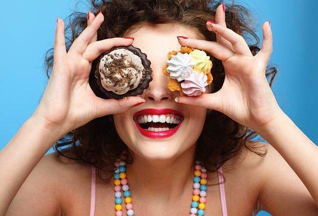 6. Yüksek kalorili içeceklerden uzak durun. Özellikle sıvı olarak tüketilen şeker, direkt olarak karaciğere gittiğinden, göbek bölgesinde yağlanmaya neden oluyor. Bedensel sağlığınız içinde zararlı olan bu durum üstelik asitli bir içecekse, sadece şekerli olmasından çok daha fazla zarar veriyor.