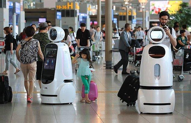"""22. """"Seul'deki Incheon havalimanında insanlara yaklaşıp yardıma ihtiyaçları olup olmadığı soran bir robot var!"""""""
