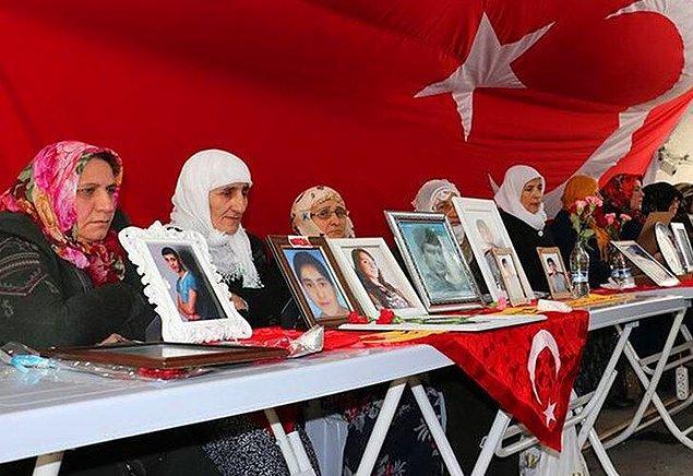 Ancak canlı yayın apar topar kesilerek, ikna yoluyla teslim olan PKK'lıların aileleri ile buluşması canlı yayına verildi.
