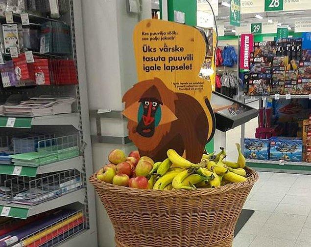 15. Estonya'daki bir süpermarkette çocukların ücretsiz meyve alabileceği sepetler bulunuyor.