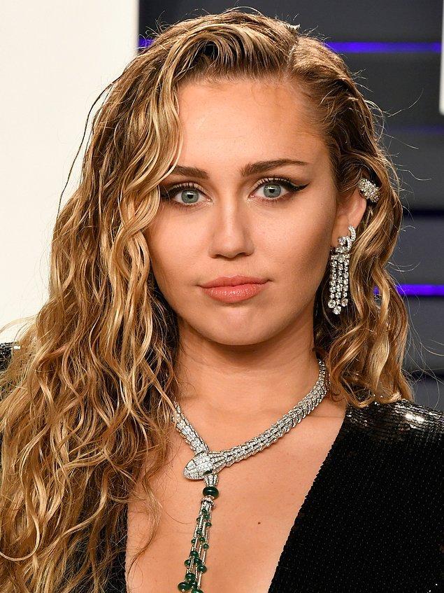 3. 2013'te Miley Cyrus, köpeklerinin diğer arabalara binmesi yasaklandığı için köpeklerine binmeleri için bir Range Rover satın aldı.